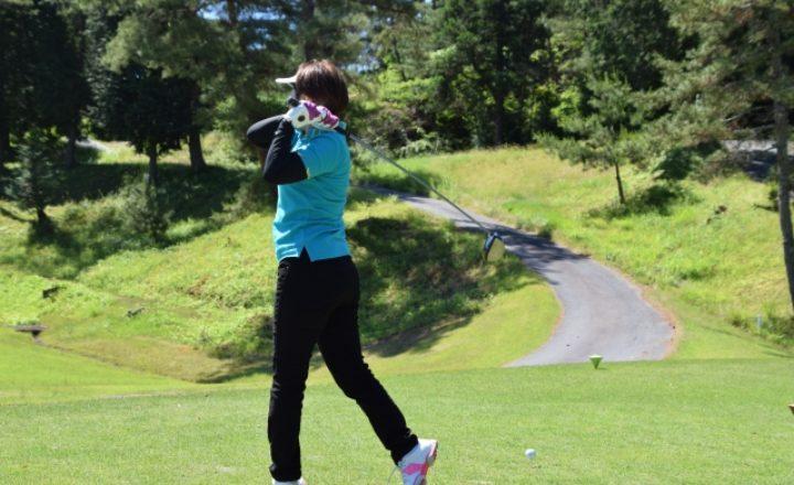 ゴルフのティーは後ろに飛ぶのが理想!?飛ぶ方向で正しいスイング軌道を確認しよう!