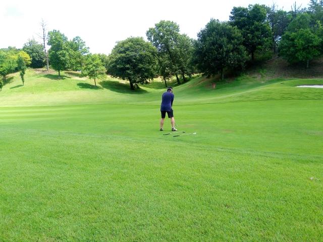 3. グリップエンドをゴルフボールに突き刺すイメージでダウンスイング
