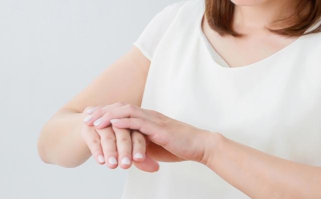 2. 右手の手の甲に入念に日焼け止めを塗って日焼け対策