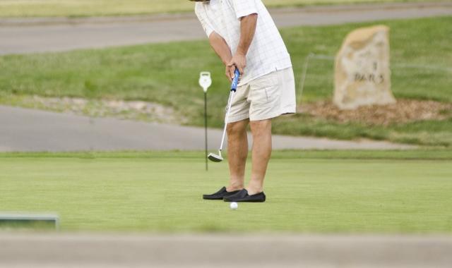 3. パターで膝の角度を曲げた方がいいタイプのゴルファー