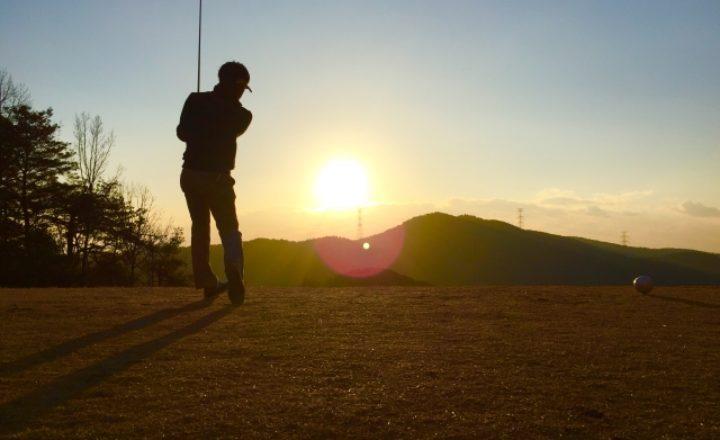 ゴルフスイングでは右手でコックするのが理想?そのメリットと正しいコツを解説!