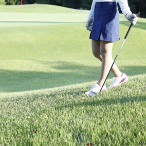 女性の夏ゴルフにおすすめな服装とは?最低限のマナーと暑さ対策ができるコーデをご紹介!