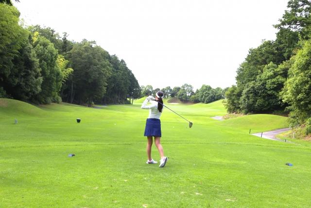 1. ゴルフの初ラウンドでの女性の平均スコア