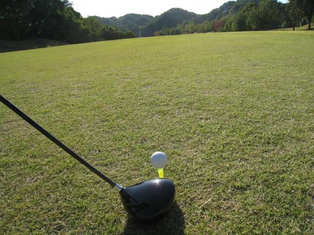 2. ヘッドのトウ側にボールの位置を合わせる